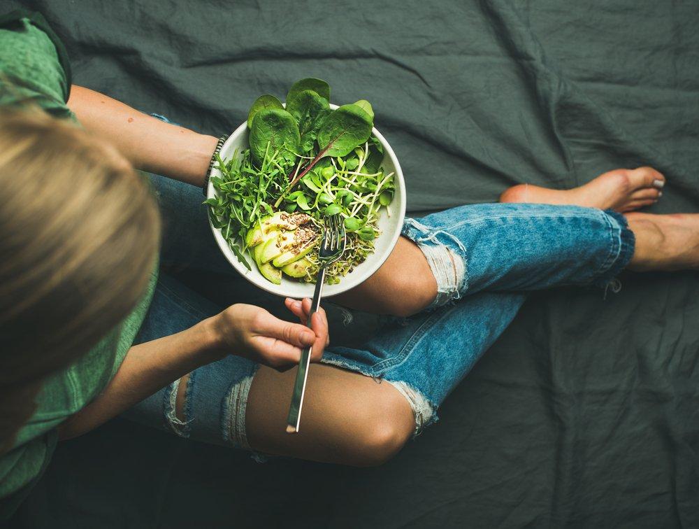 Plano picado de mujer con bol, hábitos saludables