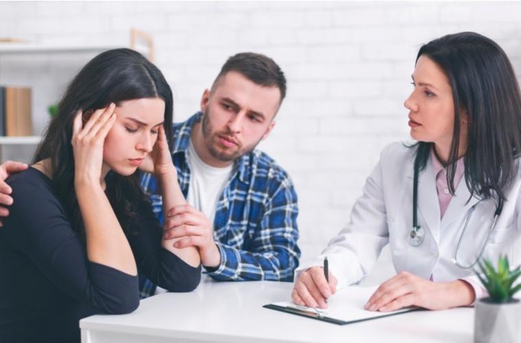 Mujer-con-migraña-consultando-un-médico