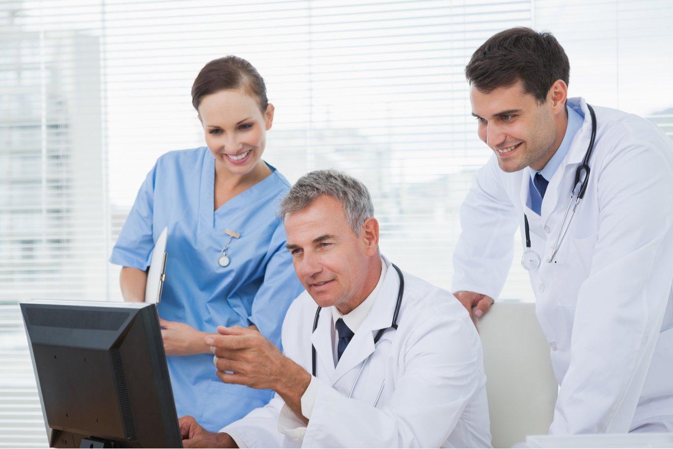 Doctores viendo series de medicina