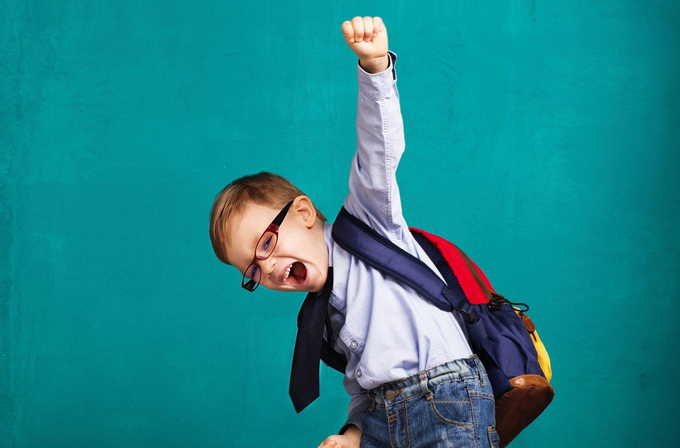 niño feliz de regresas a clases