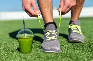 Atleta vegano con batido verde