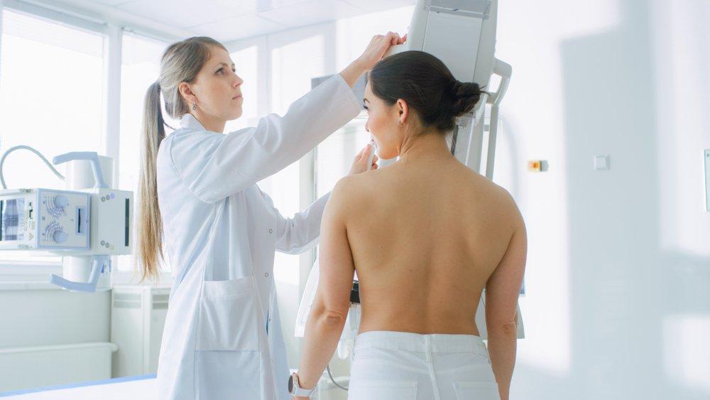Mujer se realiza mamografía