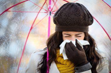 mujer-con-gripe-en-epocas-de-lluvia