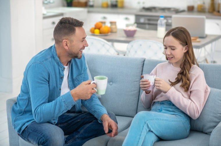 padres-hablando-con-hija-sobre-sexualidad