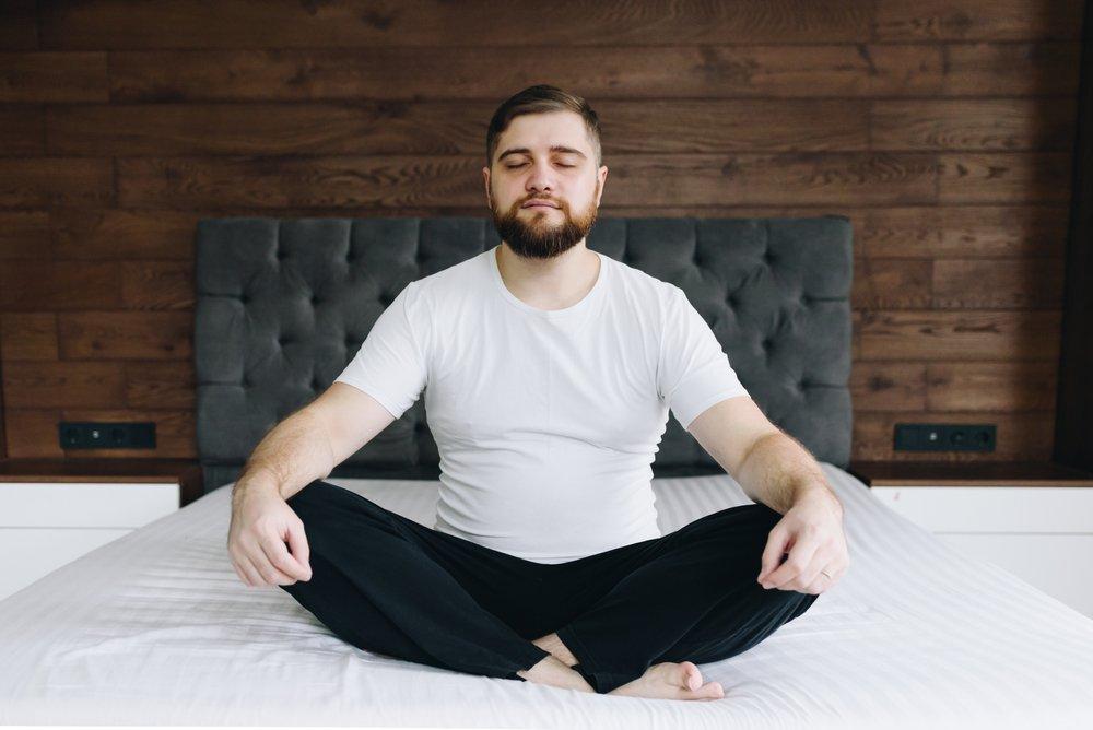 Hombre medita y cuida salud mental