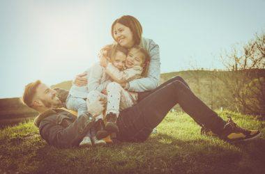 Familia feliz aplica disciplina positiva