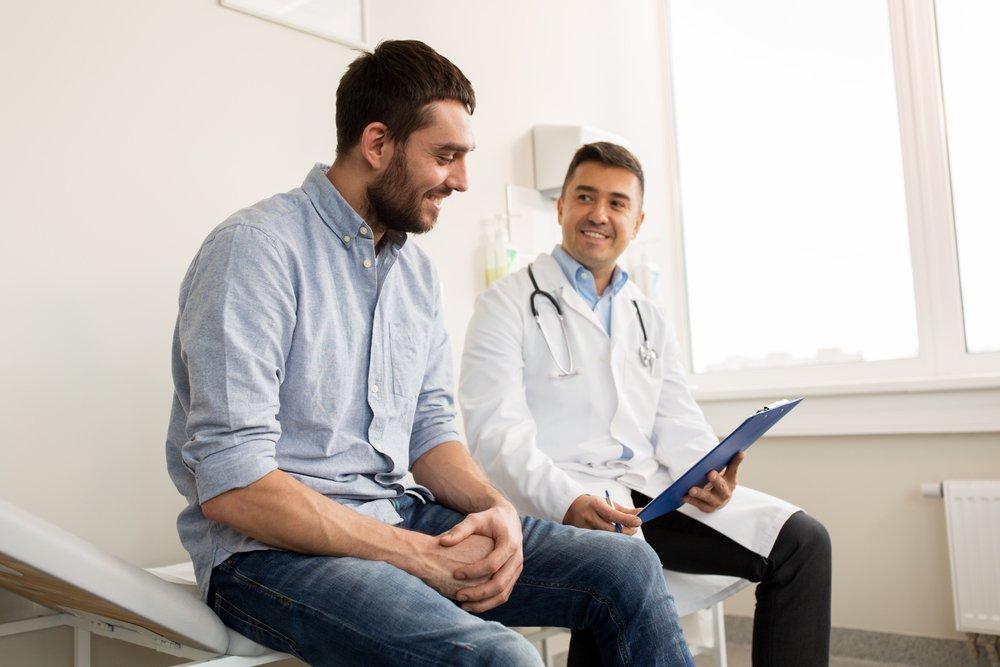 hombre-visitando-a-su-medico