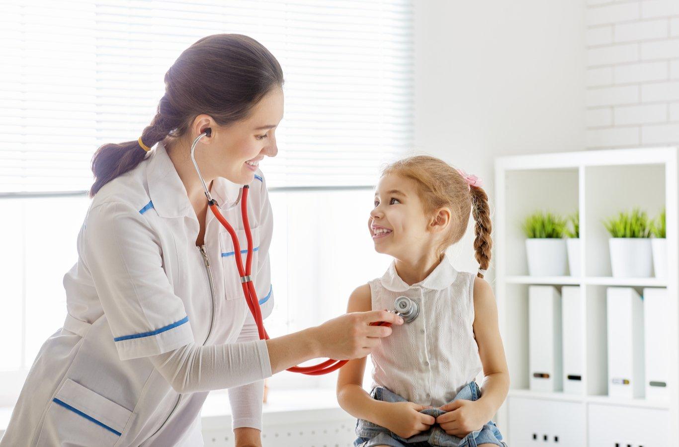 Servicio de médico a domicilio: doctora examinando a niña