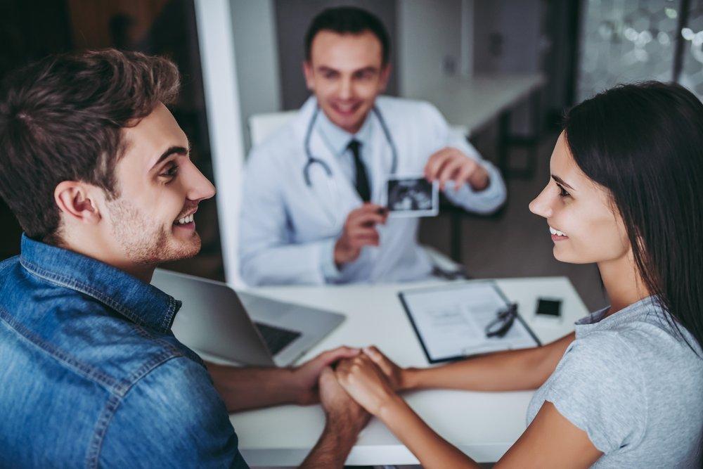 pareja visitando al ginecologo con planes para tener bebe