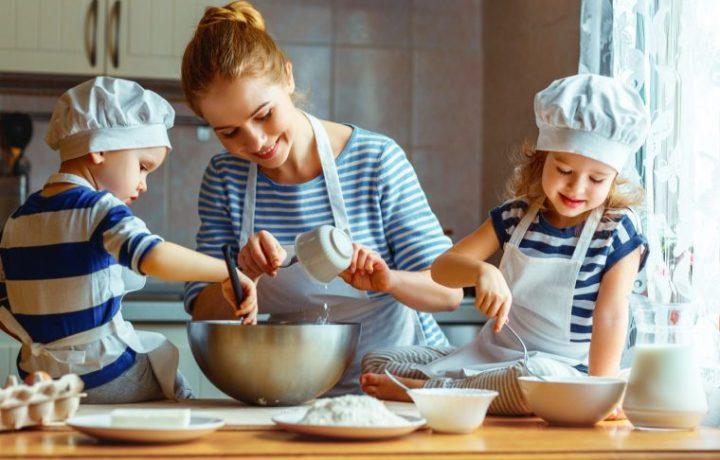 Mujer cocinando con niños