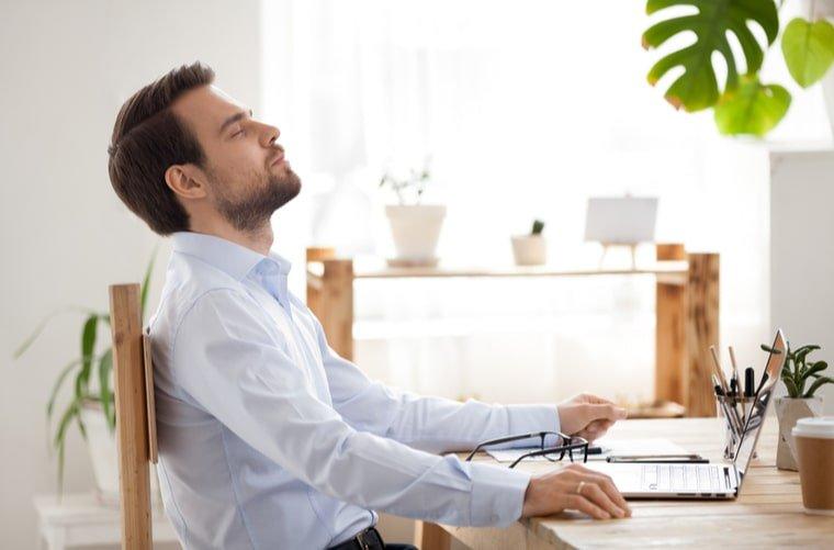 Hombre hace mindfulness mientras trabaja