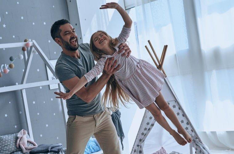 padre e hija juegan