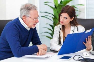 medico-explicando-la-menopausia masculina