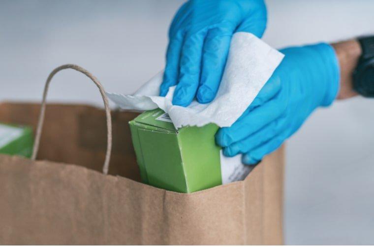 persona-limpiando-productos-de-mercado