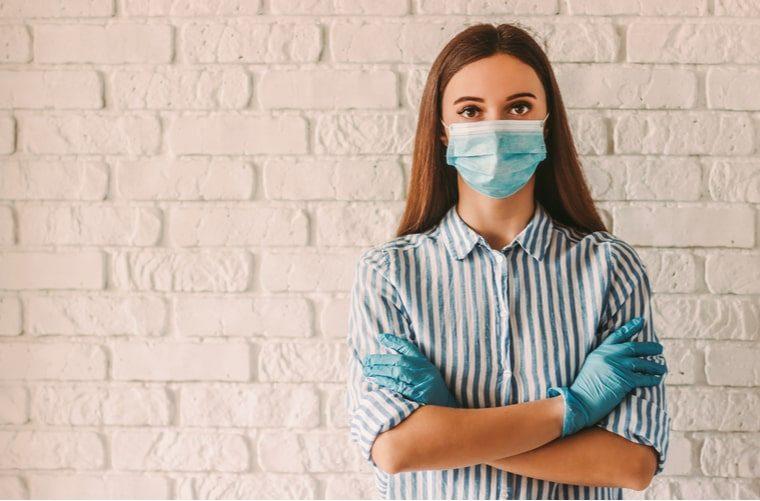 mujer-con-implementos-de-proteccion-contra-el-coronavirus