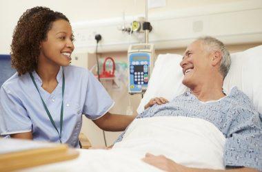Paciente con enfermera en Dia Mundial de la Salud 2020