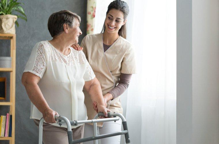 Enfermera con adulto mayor