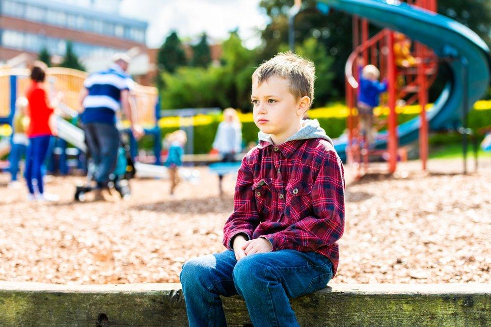 """¿Cómo criar y educar a un niño con autismo? Es importante tener un vínculo con autoridad y empatía, en el que no descuidemos ninguna de las dos. La autoridad para impartir toda regla, norma o pauta de crianza y la empatía para generar esa comodidad, confianza y seguridad que necesitan los niños y personas diagnosticadas con autismo. Para implantar esas normas tanto en el aula como en casa, deben ser normas muy concretas y funcionales, con ello me refiero a que es importante que ellos puedan tener un uso en su cotidianidad, que las vean relevantes, significativas y que les sirvan como herramientas de regulación emocional. Sé que a veces no resulta fácil, pero, si lo manejamos desde la empatía y la autoridad, no vamos a tener ese pensamiento recurrente de """"será que lo sancione muy duro"""", tengamos en cuenta que en la empatía también está ese amor y ese respeto que debemos tener para criar o educar a una persona con autismo."""
