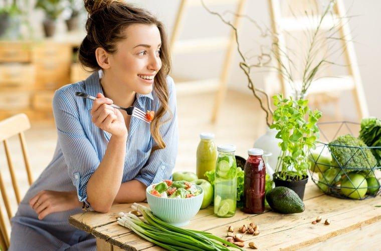 Mujer con un plato saludable alimentación en casa