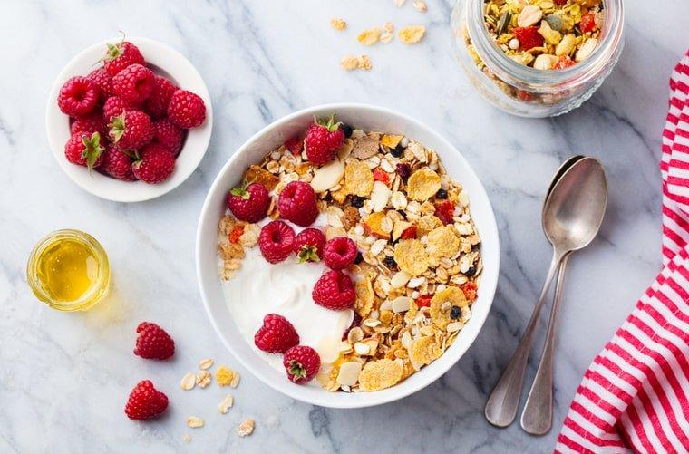 Desayuno bol con avena y fruta