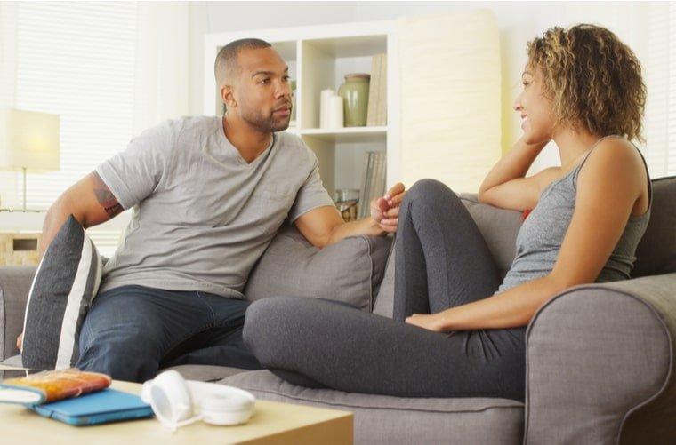 pareja discute en casa-min