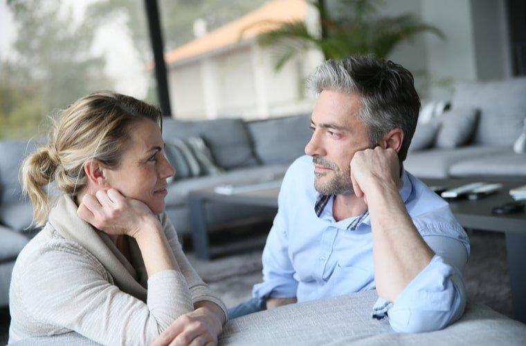 pareja madura habla convivencia en pareja-min