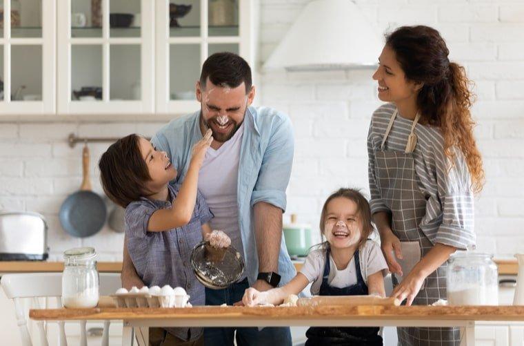familia feliz en cocina