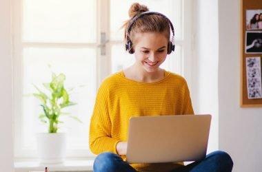 Mujer trabajando en el pc con audífonos