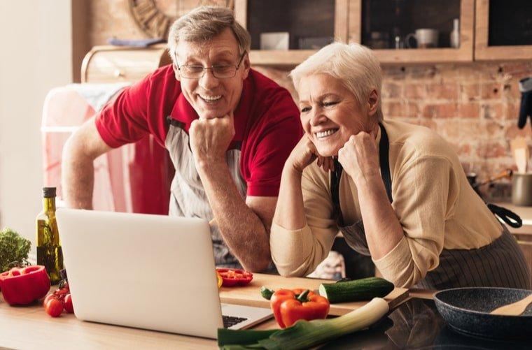 Adultos mayores cocinando