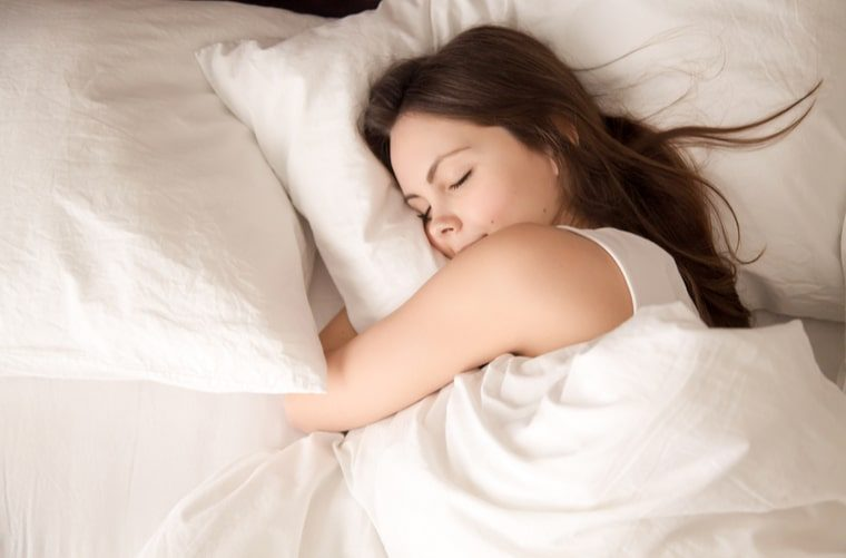 Mujer sigue consejos para dormir mejor