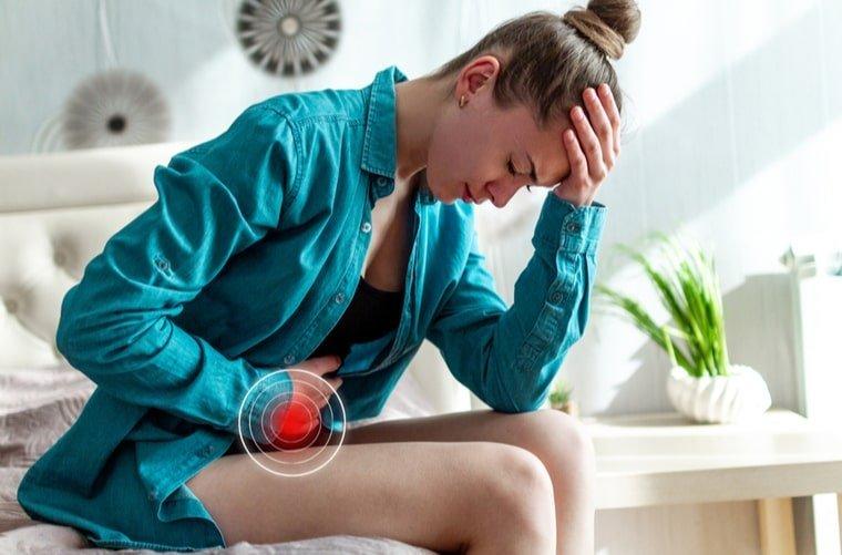 mujer-con-colicos-menstruales