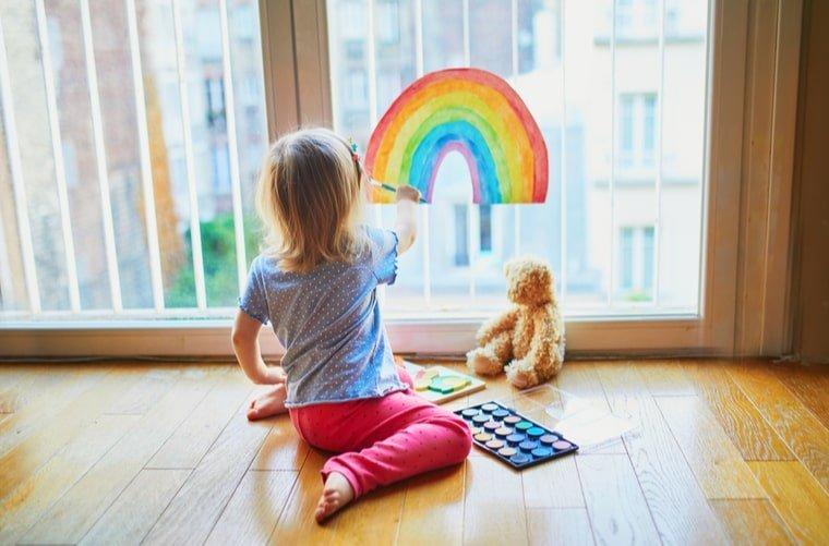 niña pinta arcoiris sin miedo a salir de casa