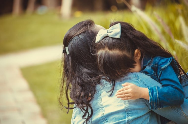 mama consolando frustracion de hija