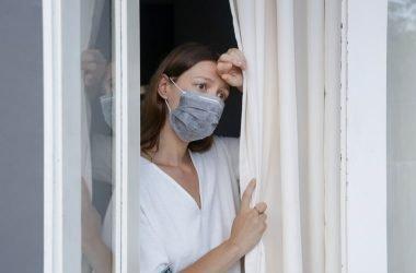 mujer con miedo a salir de casa
