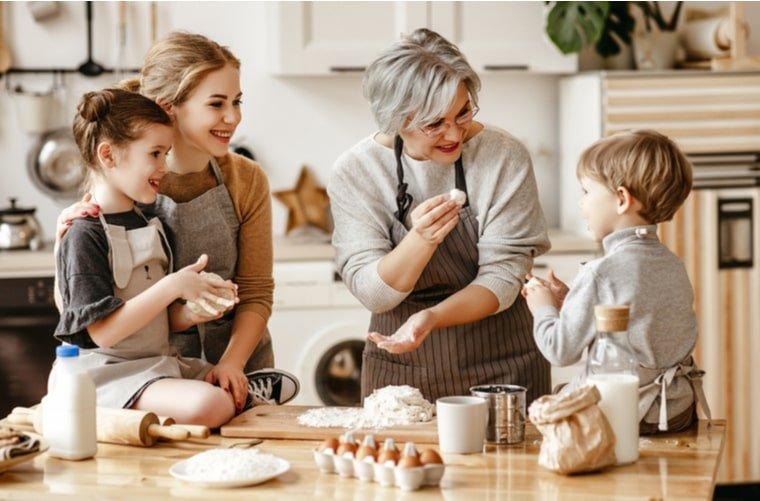 Familia cocinando con adulto mayor