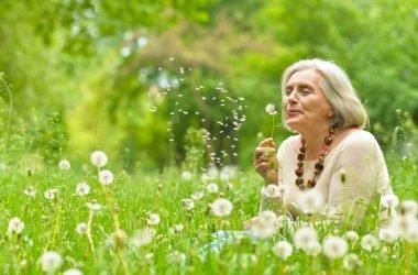Mujer adulta en el parque