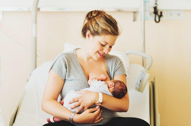 mama en clinica con bebe lactancia materna