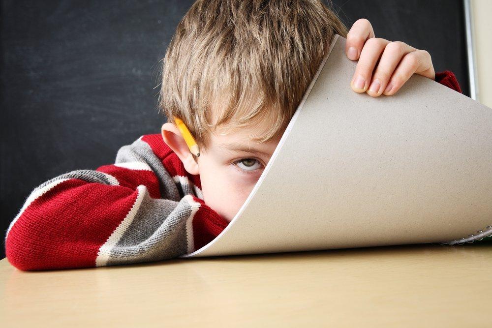 niño aburrido con Trastorno por Déficit de Atención e Hiperactividad