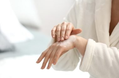 Mujer-con-dermatitis-de-contacto