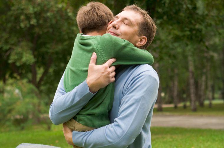 papá abraza hijo que hace pataletas