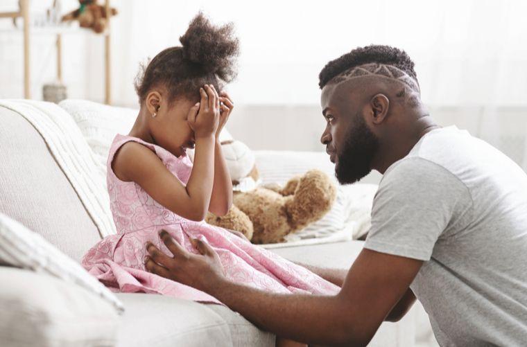 papa calma pataleta de niña