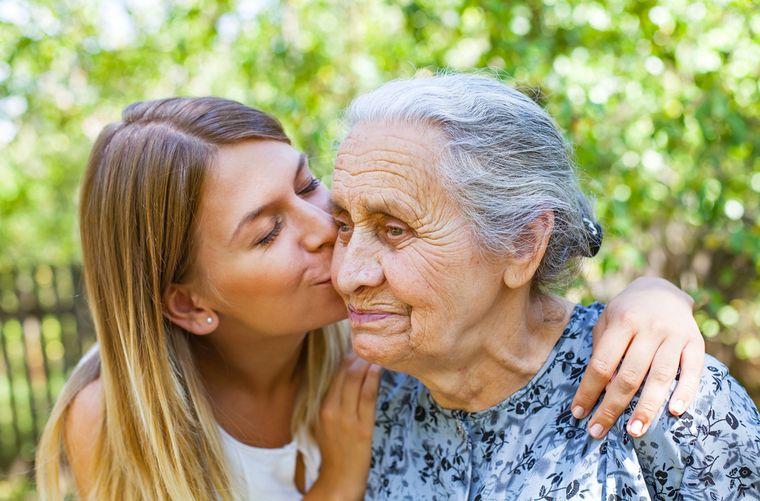Mujer cuida abuela con Alzheimer