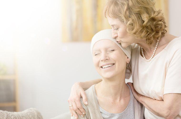 Mujer con cáncer al lado de su madre