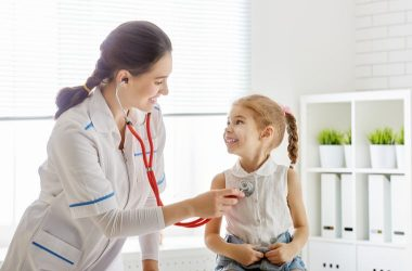 doctora examinando a niña