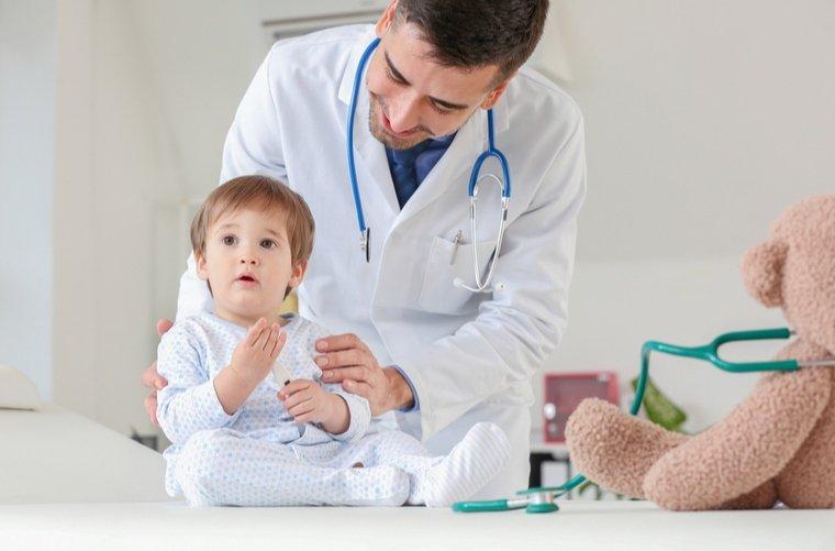 medico-atendiendo-bebe