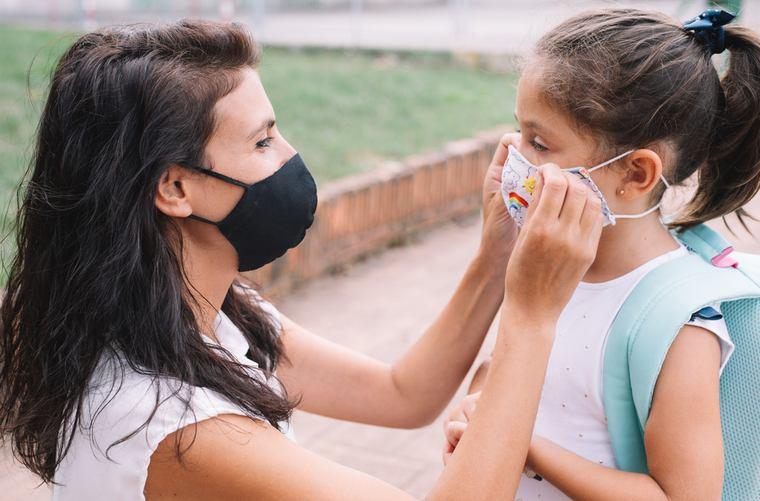 Regreso a clases en pandemia mamá alista a su hija
