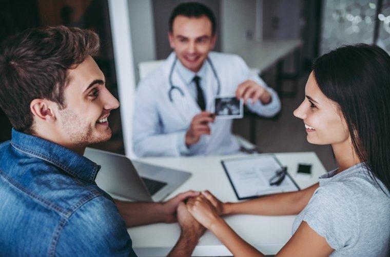 pareja-visitando-al-ginecologo-con-planes-para-tener-bebe