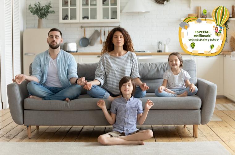 familia hace yoga para su autocuidado parche
