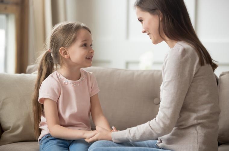 madre conversa con hija crianza de los niños