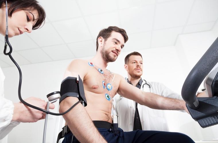 hombre-en-consulta-con-medico-deportologo